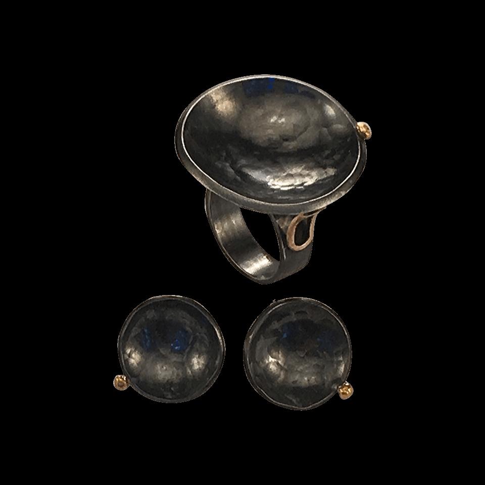 Pernille Müller – FRODIG – øreringe og ring i oxideret sølv med guldklump