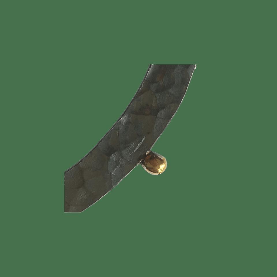 Pernille Müller – FRODIG – broche i oxideret sølv med guldklump 3