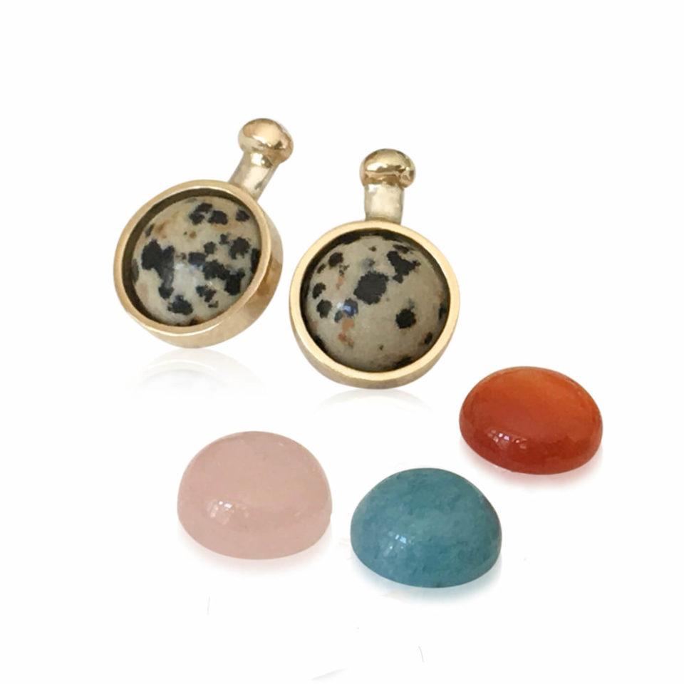 SVEJ ørering i sølv med guldknop og guldindfatning af smykkesten i Dalmatian Jasper