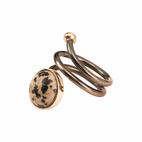 Pernille Müller - SVEJ ring i oxideret sølv med guldknop og guldindfatning af smykkesten i Dalmatian Jasper 2