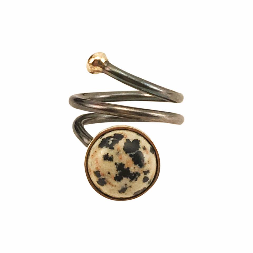 SVEJ ring i oxideret sølv med guldknop og guldindfatning af smykkesten i Dalmatian Jasper 3