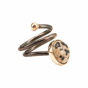 Pernille Müller - SVEJ ring i oxideret sølv med guldknop og guldindfatning af smykkesten i Dalmatian Jasper 1