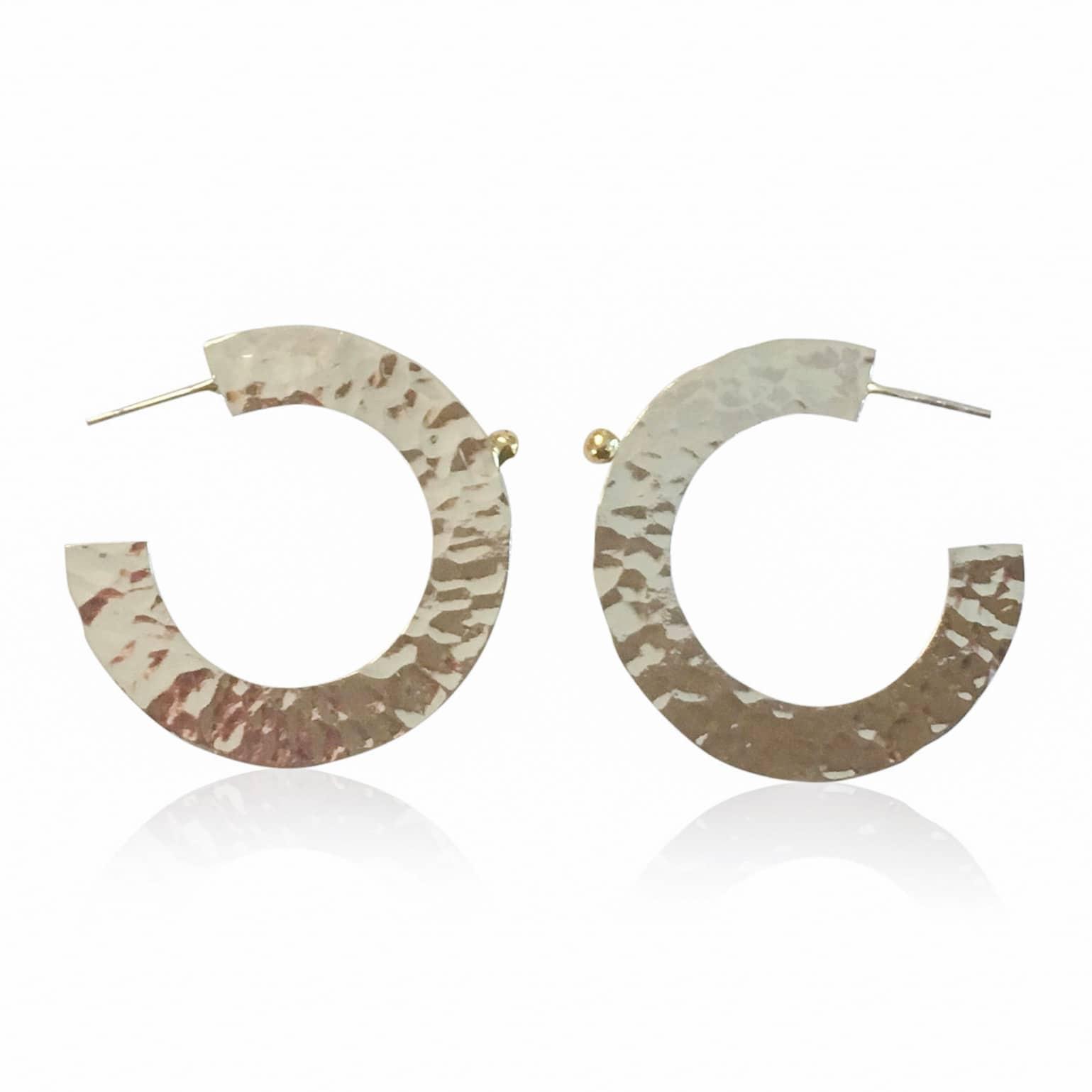 Pernille müller - FRODIG creoler øreringe i sølv med guldklump i 24 karat guld. Frodig crele earrings in silver.