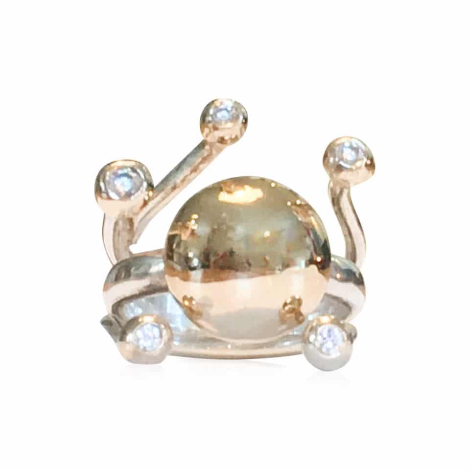 HARMONI guldring i sterling s_lv med 14 karat guldkuppel og guldknopper med brilliantslebne diamanter 2