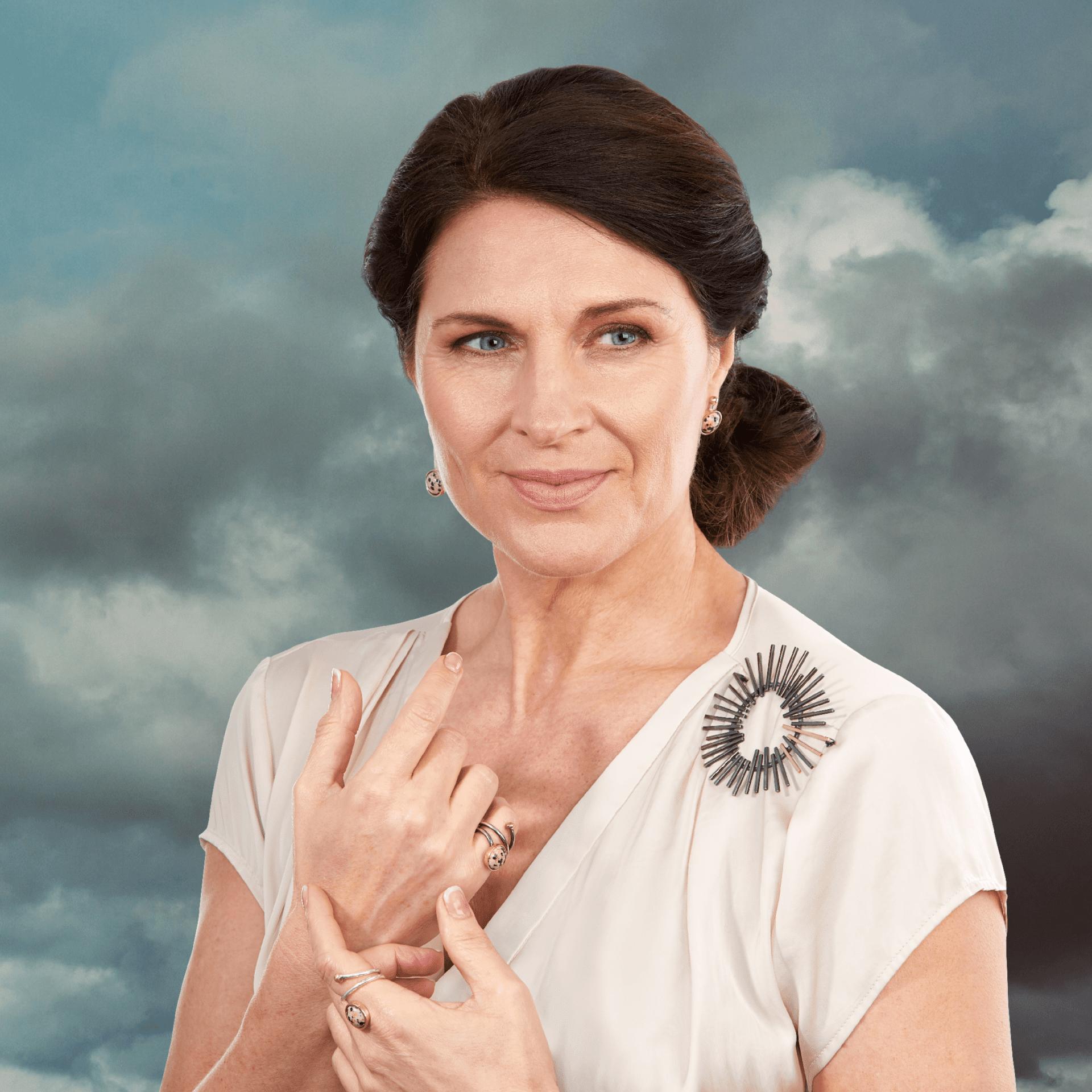 Pernille Müller - SVEJ ring og øreringe med dalmatiner Jasper og STRÅLE broche i oxideret sølv med guld stråler og himmelbaggrund
